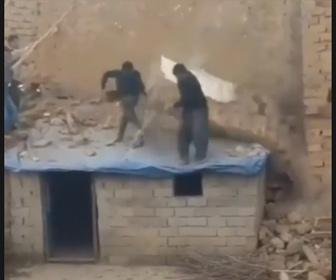 【衝撃】解体作業中、壁が崩れて床が抜け作業員が落下してしまう事故映像