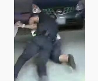 【動画】警察官が窃盗犯を見つけ、強烈なタックルで取り押さえる
