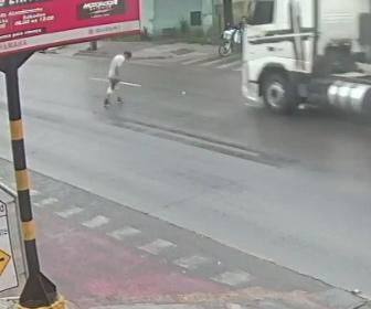 【事故】猛スピードの大型トラックが道を渡る男性をはね飛ばしてしまう