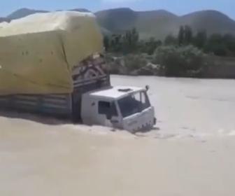 【動画】大量の荷物を運ぶトラックが川を渡ろうとするが…