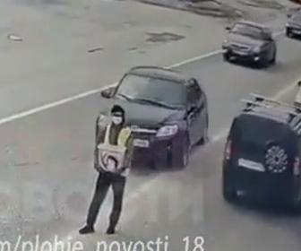 【事故】車道で募金活動する男性が後ろから車にはね飛ばされてしまう事故映像