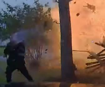 【動画】家に車が突っ込んだ事故現場に警察官が駆けつけた瞬間、車が大爆発する衝撃映像
