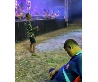 【動画】ステージで美女たちのセクシーパフォーマンス中、ぐっすり眠り見逃してしまう男性