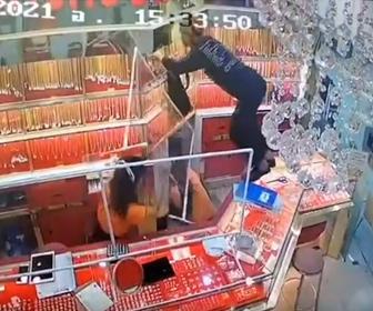 【動画】犯行時間5秒。強盗が宝石店に現れ、金のネックレスを奪って逃走