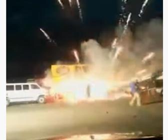 【動画】花火販売店が炎上。大量の花火に火がつき爆発する
