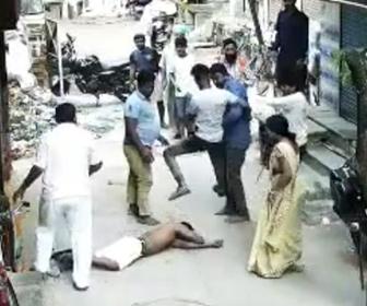 【ショッキング映像】泥棒が捕まり、助けようとした泥棒の仲間が男性を刃物で刺す衝撃映像