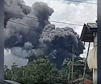 【動画】フィリピン軍用機が着陸に失敗し墜落 住民3人含む死者50人に