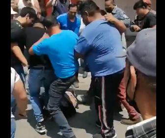 【動画】警察に捕まった殺人犯が警察署前に集まった群衆にボコボコにされる衝撃映像