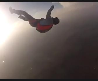 【動画】スカイダイビング中に意識を失い落下する男性を必死に助ける衝撃映像