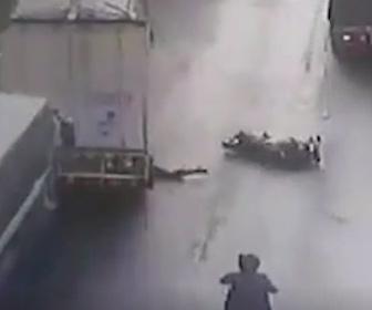 【動画】バイクがトラックに接触し転倒。後続のトラックにライダーが轢かれてしまう事故映像