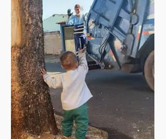【動画】 ゴミ収集作業員に手を振る子供が可愛い