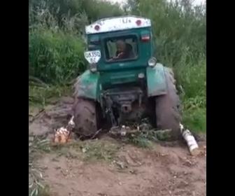 【動画】泥にはまって動けないトラクターを脱出させる方法が凄い