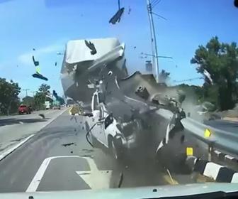 【動画】バイクと接触したピックアップトラックが中央分離帯のガードレールに突っ込む事故映像