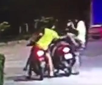 【動画】男がナイフでバイクの後ろに乗っている男性に襲いかかる衝撃映像