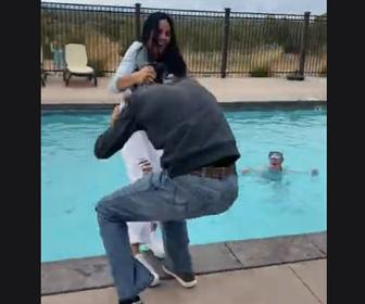 【動画】男性がふざけて女性をプールに突き落とそうとするが…