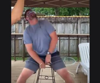 【動画】目隠しをして紐に吊られた水風船を避けるドッキリが面白い