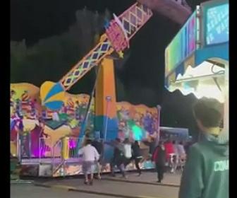 【動画】揺れて倒れそうな絶叫アトラクションをみんなで必死に押さえる衝撃映像