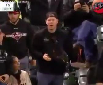 【動画】フェアボールを間違えて取ってしまった観客
