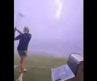 【動画】ゴルフ練習場で男性が打ったゴルフボールに雷が直撃する衝撃映像