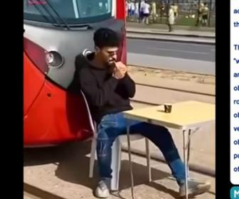 【動画】路面電車の前にテーブルと椅子を置いて座り、タバコを吸う男がヤバい