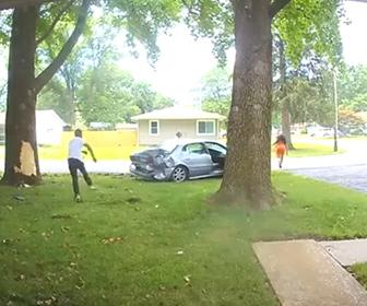 【動画】ロードレイジ、男が前の車に突っ込み車から降りて追いかけてくる衝撃映像