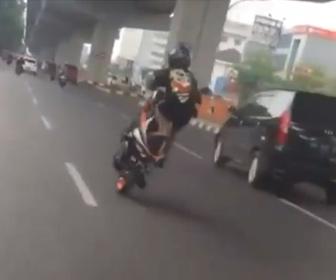 【動画】調子に乗ってウイリー走行するバイクが車に激突し転倒