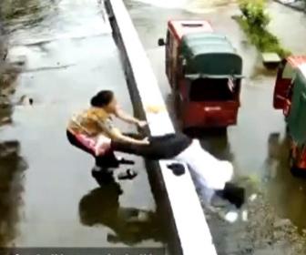 【動画】突然バランスを崩し、建物から落ちそうになる娘を必死に助ける母親