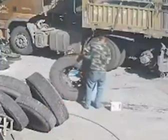 【動画】作業員がトラックタイヤに空気を入れるが突然タイヤが爆発してしまう
