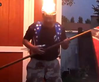 【動画】クレイジーな男が自分の頭に火をつけ、バケツの水で消そうとするが…
