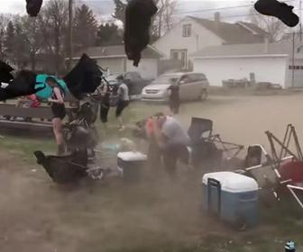 【動画】ベースボールを観戦中につむじ風に襲われ、椅子を吹き飛ばされてしまう