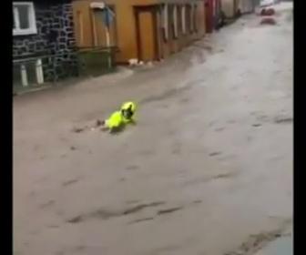 【動画】濁流に流される消防士を地元住民が救出する