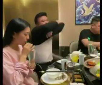 【動画】はじめてのデートで衝撃の失敗。女性の前で上着を脱ぐが…