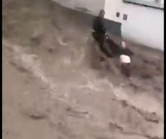 【動画】オーストリアで洪水。濁流に流される人を必死に助ける