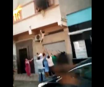 【動画】アパート火災。大量の煙が出てる2階の窓から子供2人を投げ下ろす