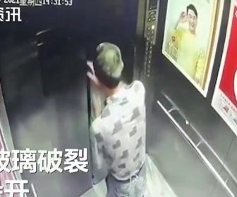 【動画】エレベーターで大きなガラスパネルを運んではいけない