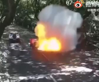 【動画】走行中の電動スクーターが突然爆発する衝撃映像