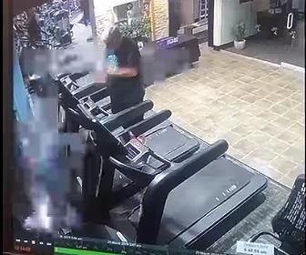【動画】スポーツジムに猛スピードの車が突っ込み、男性が撥ね飛ばされる衝撃映像