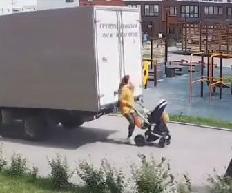 【動画】バックで走るトラックがベビーカーを押す女性に気づかず轢いてしまう事故映像