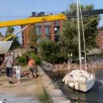 【動画】新艇のボートをクレーンで吊り上げ、海に下ろそうとするがクレーンが…