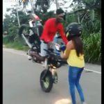 【動画】バイクに乗る男性が女性の目の前でジャックナイフで止まろうとするが…