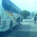 【動画】よそ見しながら車道を走るロードバイクがバスに激突してしまう