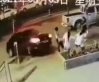 【動画】花壇に座って話してる3人に猛スピードの車が突っ込んでくる事故映像