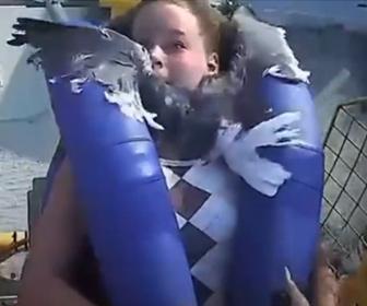 【動画】絶叫マシーンに乗っている少女にカモメが突っ込んでくる衝撃映像