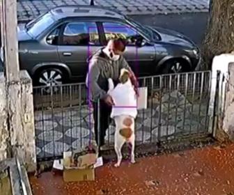 【動画】男が柵の外から犬が着ているトレーナを脱がせ盗んでいく