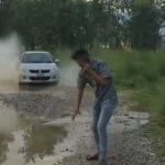 【動画】猛スピードで走ってくる車の水はねを回避する方法が凄い