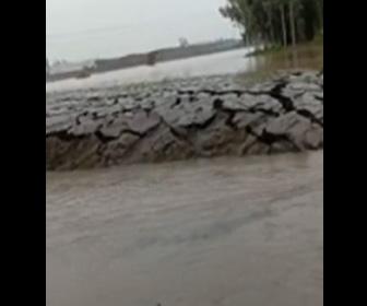 【動画】突然川底が盛り上がる衝撃映像