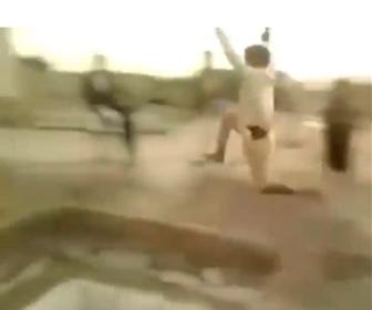 【動画】男性が助走をつけてジャンプし、深い穴を飛び越えようとするが…