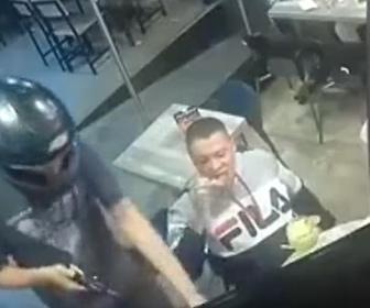 【動画】レストランに強盗が現れるが平然と食事を続ける男性