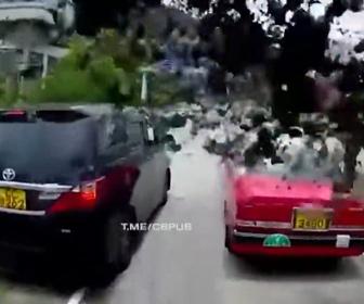 【動画】小競り合いをする前の車を避けようとし、コンクリートを積んだトラックが急ブレーキをかけると…