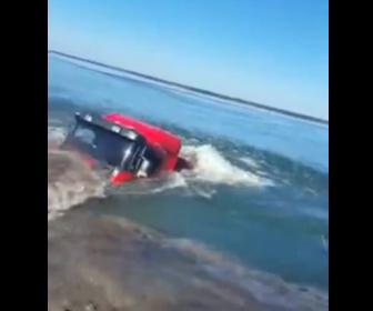 【動画】トラックが荷降ろし失敗。重さで止まれずトラックが水に沈んでしまう